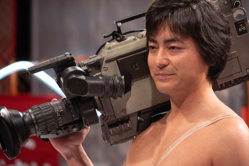▲山田孝之透露《AV帝王2》拍攝時,劇組請來「衛生組」隨時待命。(圖/Netflix)