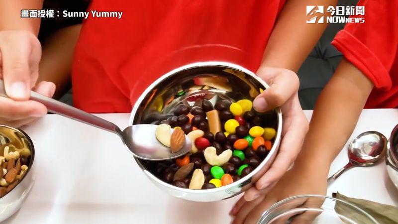 ▲ 將喜歡的零食放入碗中。(圖/Sunny Yummy 授權)