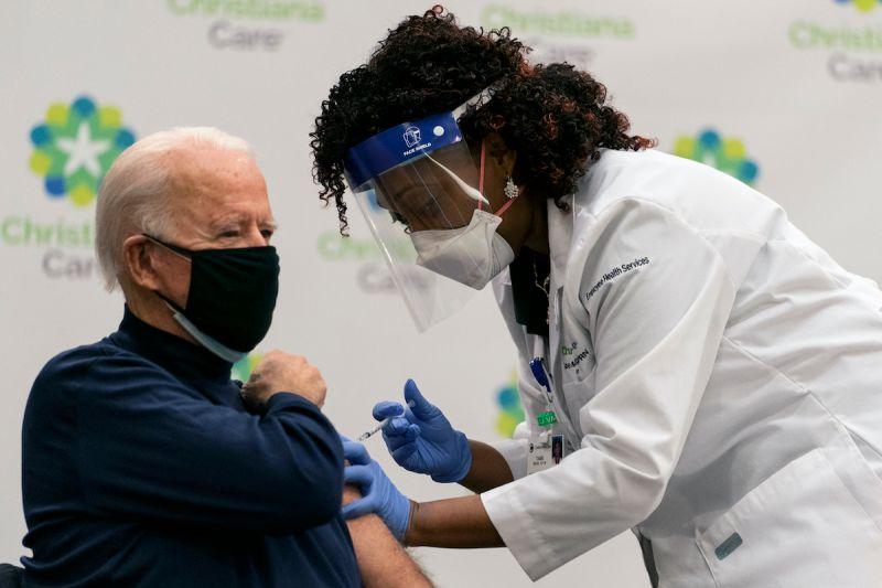 ▲美國白宮發言人莎琪表示,總統拜登將追加接種第3劑COVID-19(2019冠狀病毒疾病)疫苗,但會等到追加劑貨源充足可廣泛使用之時。圖為拜登施打首劑的資料照。(圖/美聯社/達志影像)