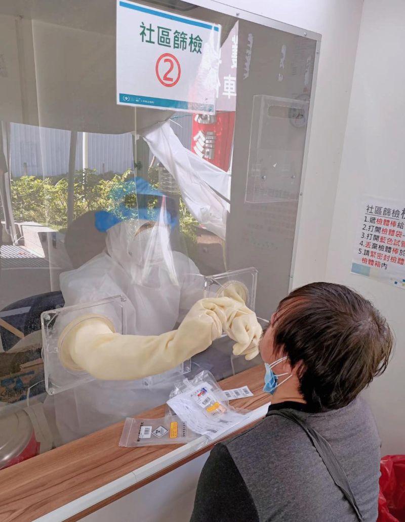 ▲林志玲捐贈的粉色正壓檢疫亭。(圖/許書華臉書)