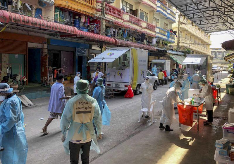 ▲泰國觀光暨體育部規劃10月15日起開放完整接種疫苗的旅客入境曼谷免隔離,下週將送交泰國疫情指揮中心做出決定。泰國疫情示意圖。(圖/美聯社)