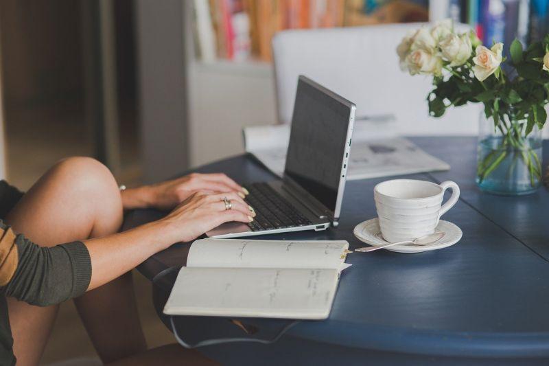 ▲疫情衝擊勞動部推出「部分工時受僱勞工生活補貼」,但有打工族一查資料卻發現自己無法順利請領,畫面曝光後掀起熱議。(示意圖,圖中人物與本文無關/翻攝Pixabay)