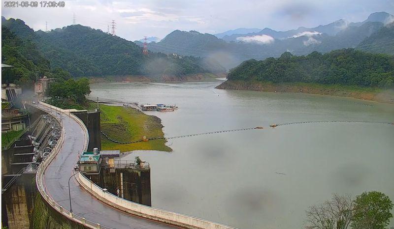 ▲石門水庫蓄水率重新回到35%,淹沒一旁的草皮。(圖/翻攝《桃園智慧旅遊雲Taoyuan Travel》)