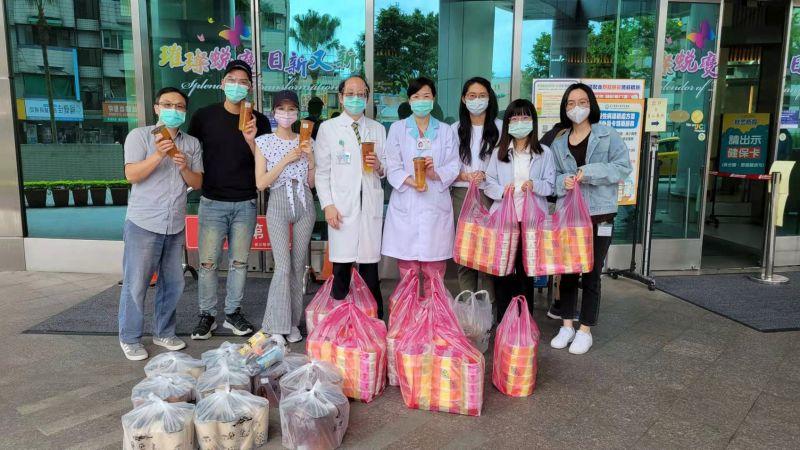 ▲潘逸安(左二)和老婆Vivian(左三)帶著餐盒飲料慰勞岳父與醫護人員。(圖/艾迪昇傳播提供)