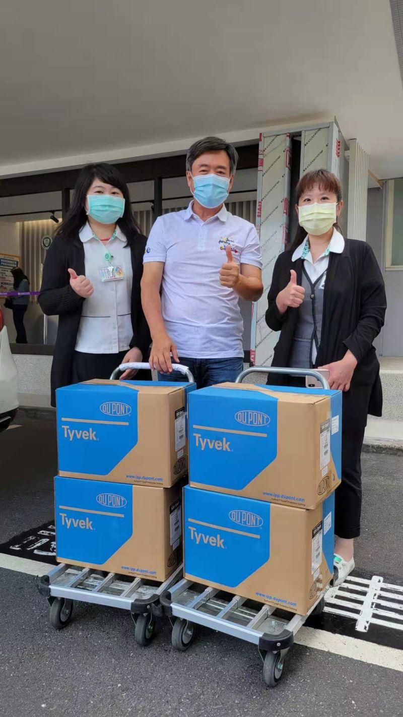 ▲檢場(中)捐贈防護衣給第一線醫護人員。(圖/艾迪昇傳播提供)