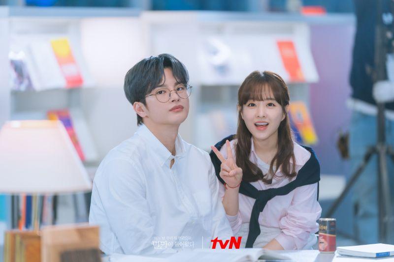 ▲劇中,徐仁國(左)跟朴寶英譜人鬼戀。(圖/tvN)