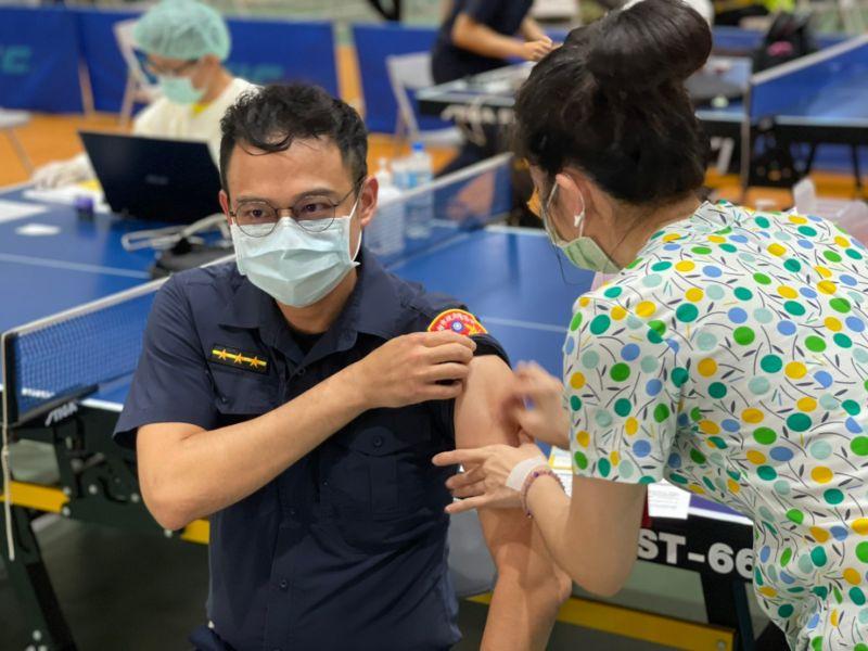 ▲警察屬第二類防疫人員,經評估上揭冊列人員現行勤務性質相對高風險,適用第二類COVID-19疫苗公費接種對象。(圖/高市府提供)