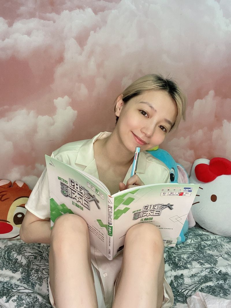 ▲寶兒研讀日文。(圖/繁星浩月提供)