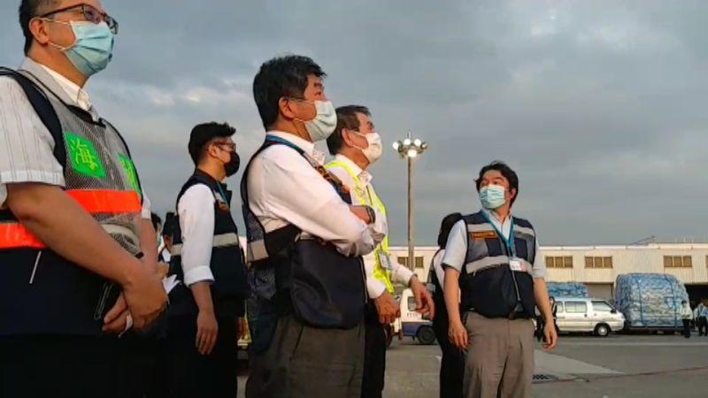 影/日本組合式負壓隔離艙抵台 陳時中親自接機