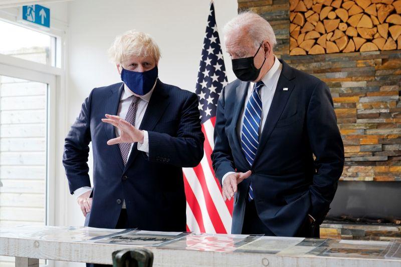 ▲美國總統拜登與英國首相強生在白宮橢圓形辦公室會面,兩人強調美英同盟關係,談到氣候變遷的危險性,以及搭乘火車通勤的樂趣。資料照。(圖/美聯社/達志影像)