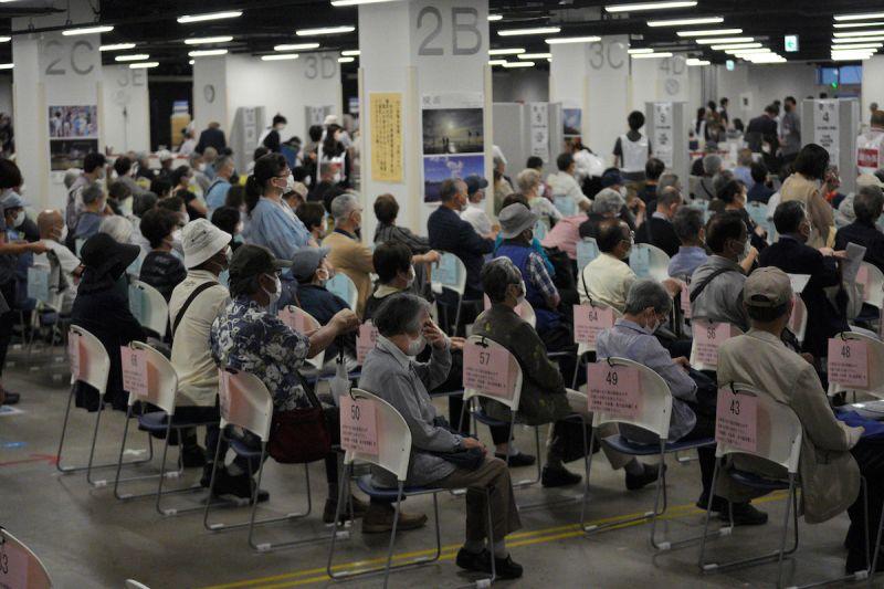 ▲目前日本加速為65歲以上高齡長者以及醫療人員施打疫苗,卻爆出部分地方首長插隊接種,引發爭議。(圖/美聯社/達志影像)