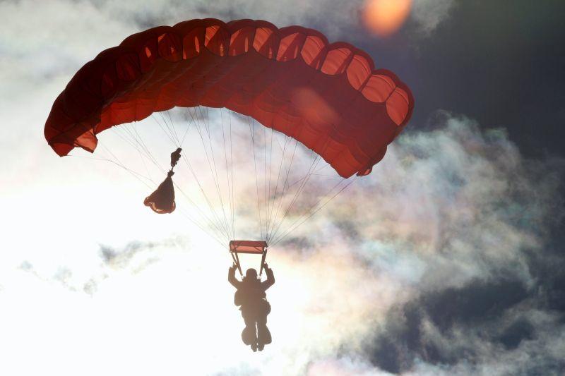 ▲國外有位跳傘玩家準備從橋上跳下,卻遭路過的玩家制止,真相嚇壞了。(示意圖,圖中人物與文章中內容無關/翻攝自《pexels》 )