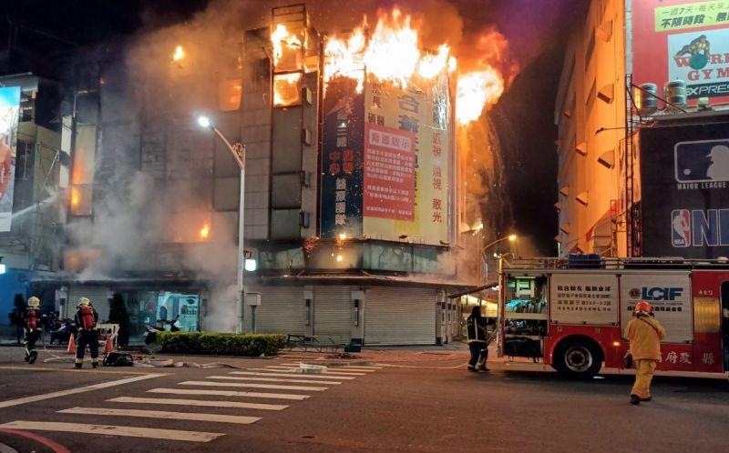 ▲屏東市永福路火警,四樓建築物在四樓起火燃燒猛烈。(圖/屏東消防局提供, 2021.06.11)