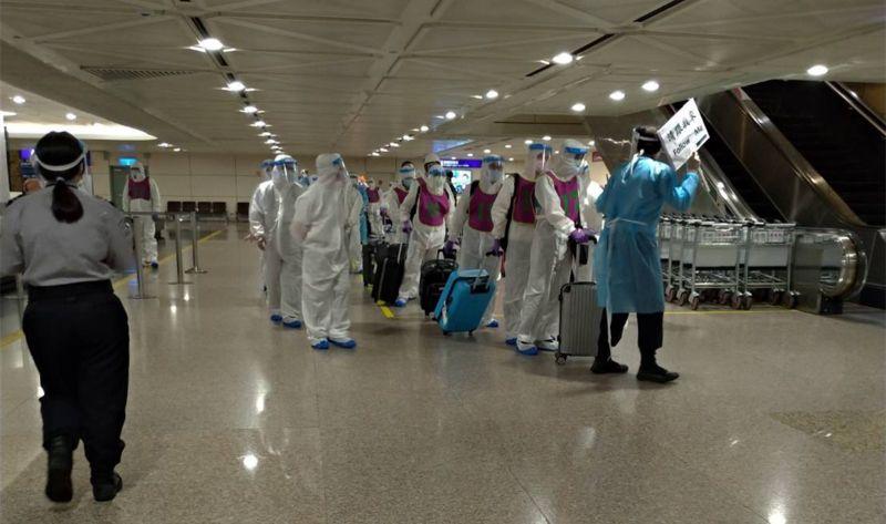 ▲詐騙集團48名嫌犯遭遣返,一行人在5月28日傍晚抵達桃園機場。(圖/翻攝畫面)