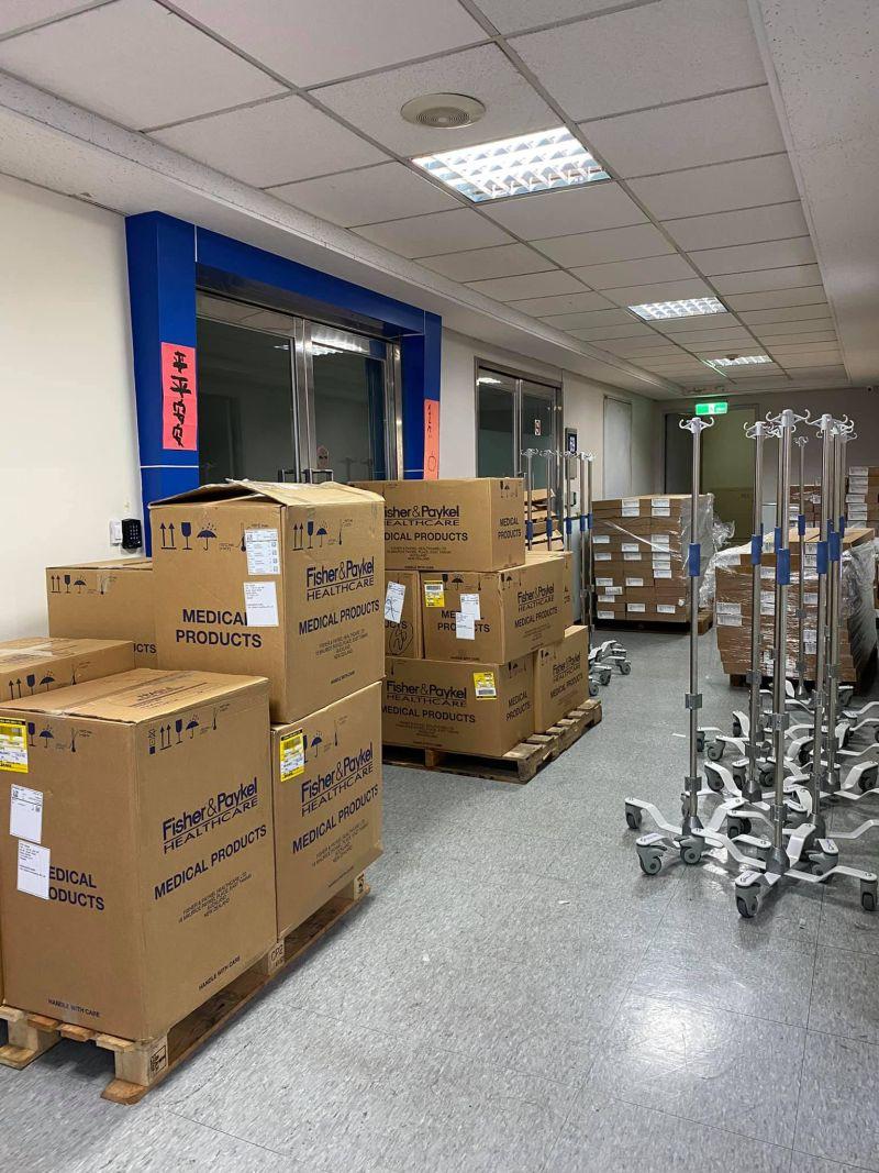 ▲賈永婕總共募得252台高流量氧氣鼻導管全配系統(HFNC),她的先生就捐15台。(圖/翻攝賈永婕的跑跳人生臉書)