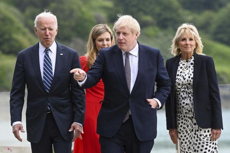 ▲美國總統拜登昨天G7高峰會上,致贈英國首相強生一輛美國手工製造的腳踏車。(圖/美聯社/達志影像)
