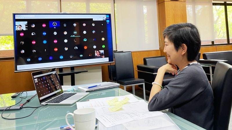 ▲館長李玉玲與獲選本屆高雄獎的新銳藝術家等人,共同線上視訊交流,體驗「2021高雄獎」數位平台。(圖/高美館提供)