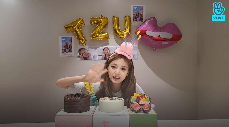 ▲子瑜慶祝22歲生日。(圖/VLIVE)