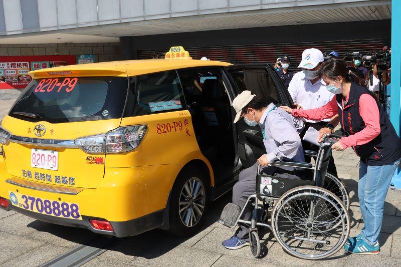 ▲高雄市交通局進行熱血計程車載送長輩施打疫苗的模擬演練。(圖/高雄市政府提供)