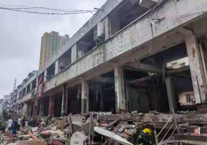 ▲湖北當地菜市場驚傳爆炸,建築物被炸得只剩下水泥支柱。(圖/翻攝自微博)