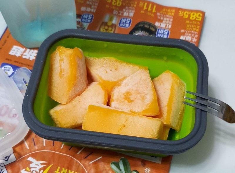 ▲從照片中可以看到,削成塊狀的芒果被冷凍起來後,上面佈著一層薄薄的冰沙,看起來超美味。(圖/翻攝自PTT)