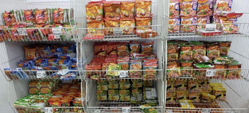 ▲網友分享東南亞超市裡面有許多異國泡麵,一包只要9元,非常便宜。(圖/爆廢公社)