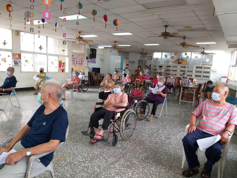 ▲高齡長者於衛生所等待施打疫苗(圖/台南市政府提供)