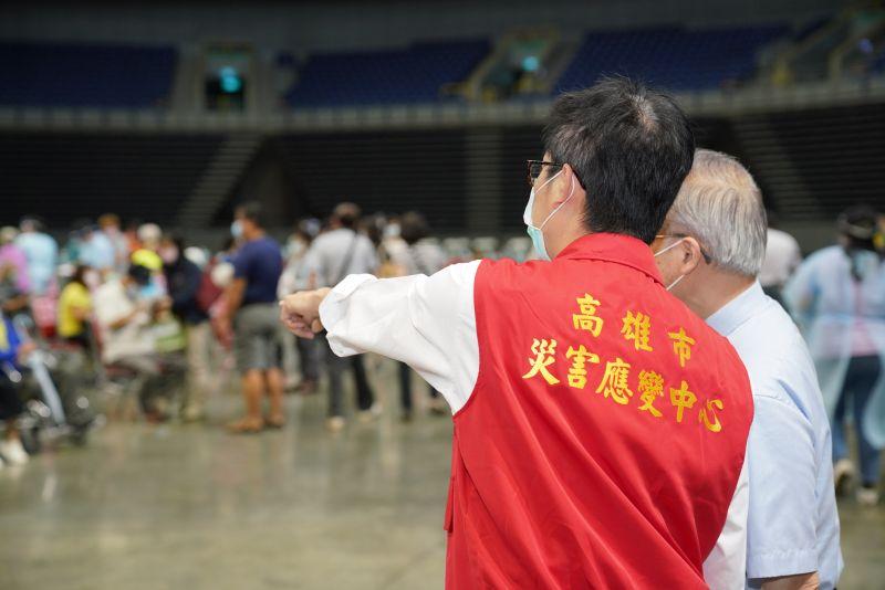 ▲高雄市長陳其邁今(15)日上午到高雄巨蛋疫苗接種站視察長輩的接種情形。(圖/高雄市政府提供)