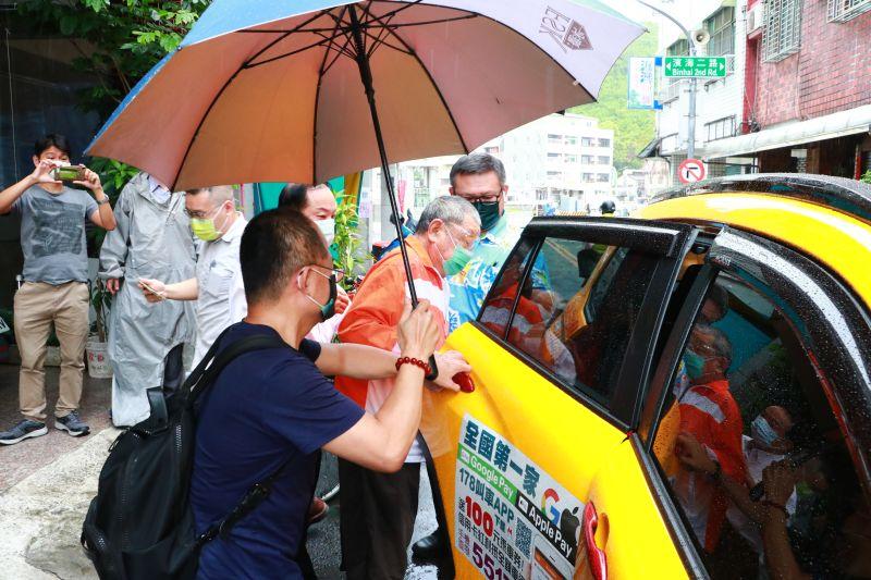 ▲高雄的熱血計程車在一早就出動載送長者到接種站施打疫苗。(圖/高雄市政府提供)
