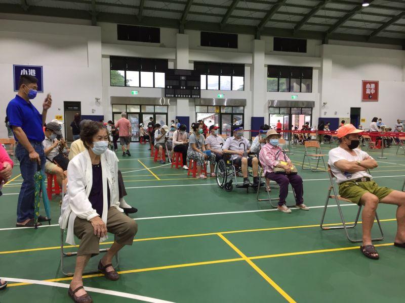 ▲小港高中活動中心長輩疫苗施打現況。(圖/高雄市政府提供)