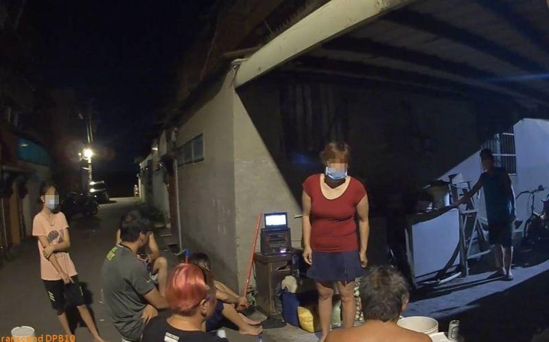 影/8男女室外群聚未戴口罩 警循歌聲到場取締送裁罰