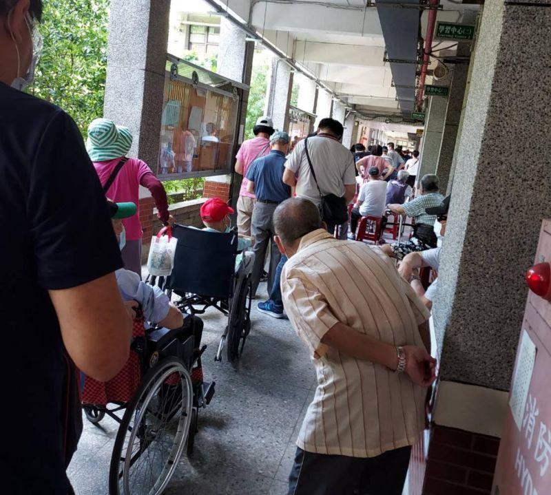 ▲桃園市長者接種新冠肺炎疫苗大排長龍。(圖/立委萬美玲臉書)