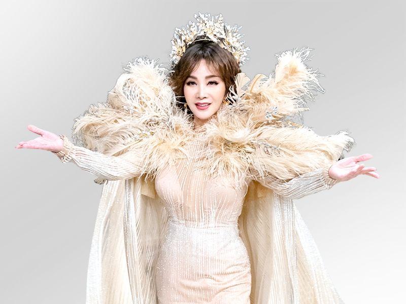 ▲陳美鳳換上華麗舞台秀服,魔鬼身材40年如一日。(圖/民視)