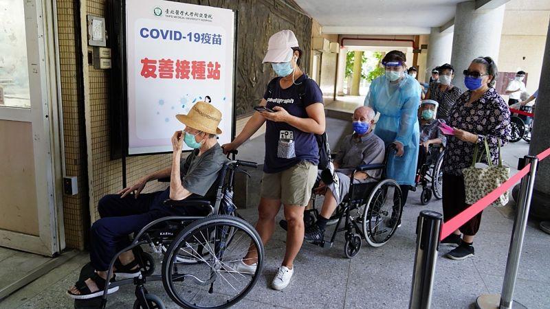 ▲台北市15日上午開放長者施打疫苗,不過位在萬華區的西園醫院卻傳出疑似疫苗配送不足的情況。(圖/台北市政府提供,非當事醫院)