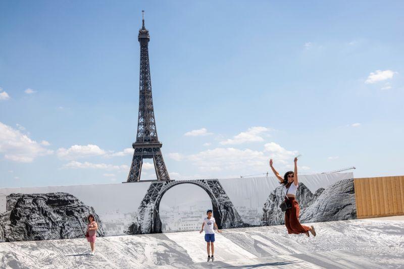 法國疫情減緩 提前解除室外戴口罩與宵禁令