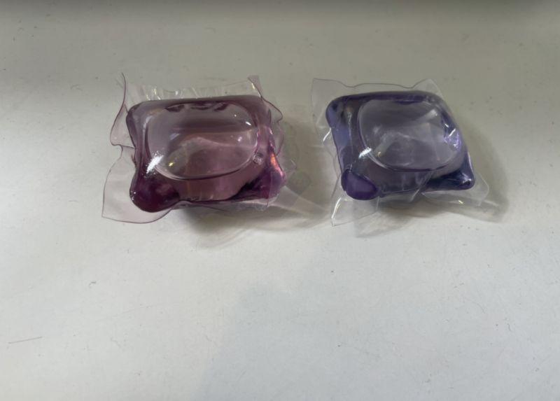 ▲網友分享自己在網路上買到超便宜的洗衣球,結果用完一盒時,卻發現明明味道相同的洗衣球,顏色產生差異。(圖/爆廢公社)