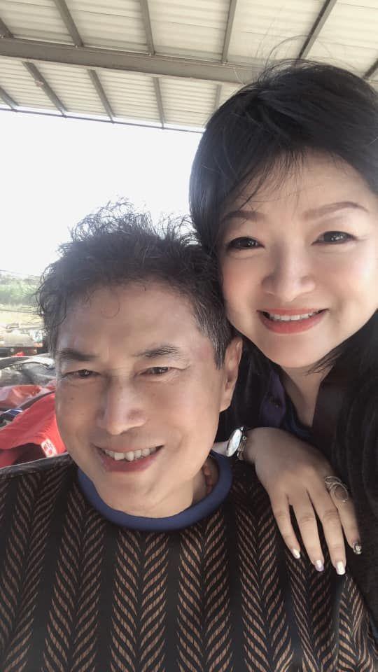 ▲長青與小31歲、第二任老婆鍾淑雅(下圖後)鶼鰈情深。(圖/長青臉書)
