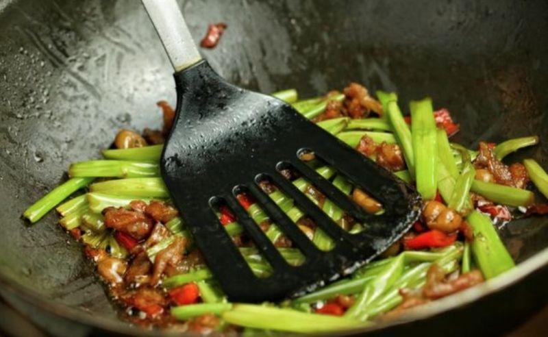 ▲《小楊聊美食》分享炒空心菜的「獨門佐料」,味道讓人吃不膩。(圖/翻攝自《小楊聊美食》)