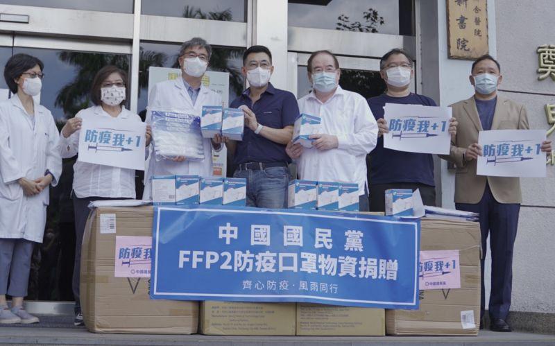 江啟臣赴醫院送口罩 籲國產疫苗三期試驗、拒當白老鼠