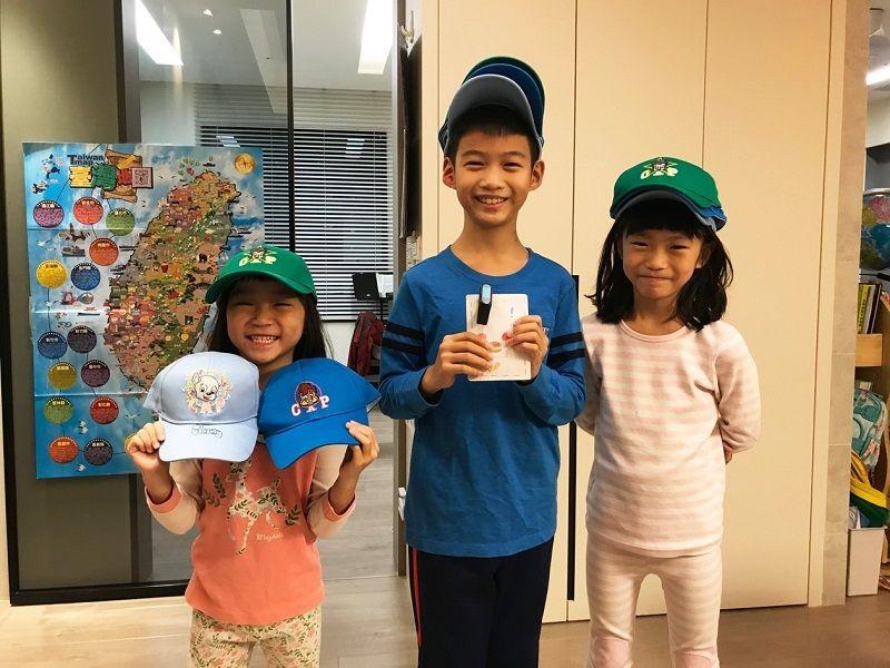 ▲完成CAP作業取得各階段的帽子,也讓小朋友體會一步步達成目標的成就感。(圖/品牌提供)
