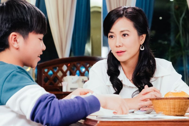 ▲陳仙梅(右)飾演祕密生子的「媽媽歌星」。(圖/民視)