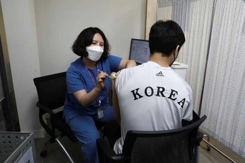 ▲韓國目前已有超過1300萬人施打新冠疫苗,接種後死亡案例累計有261例。資料照。(圖/美聯社/達志影像)