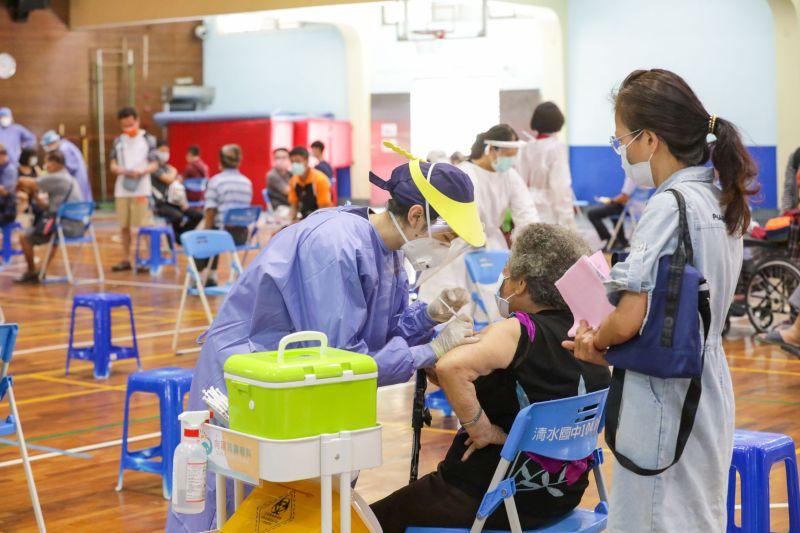 ▲受到本土疫情的嚴峻考驗,美、日等國也及時贈與台灣上百萬劑疫苗,讓疫苗覆蓋率逐步提升。(圖/市政府提供2021.6.17)