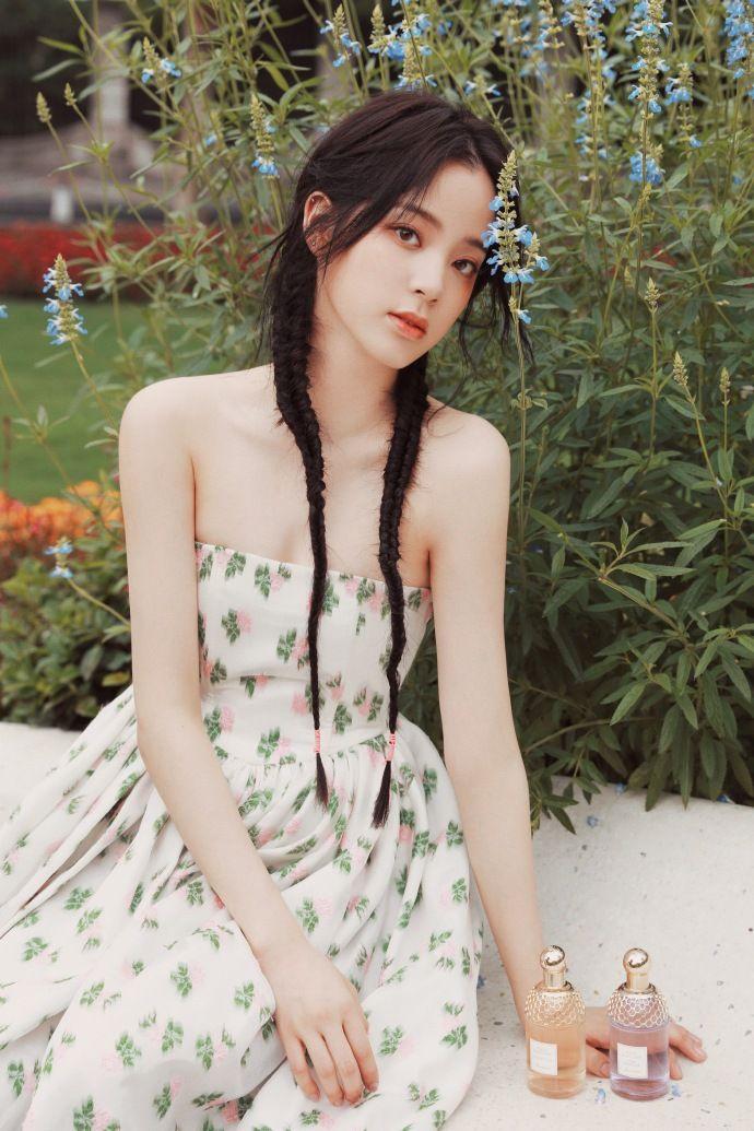 ▲歐陽娜娜穿著平口碎花花苞裙,相當可愛。(圖/歐陽娜娜工作室微博)