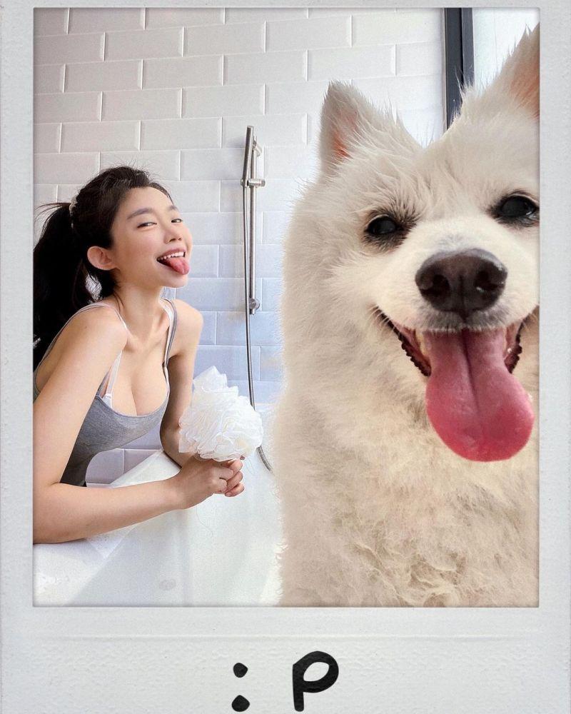 ▲▼An幫愛犬洗澡,還上演親親秀。(圖/An