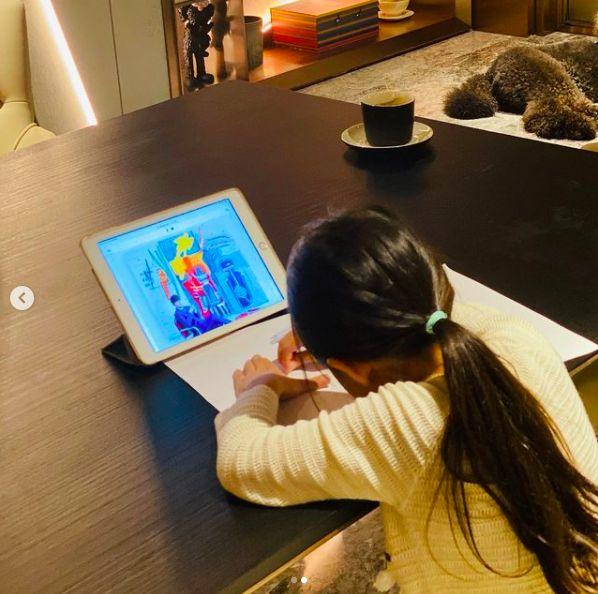▲周杰倫曬出女兒畫畫的模樣。(圖/翻攝周杰倫IG)