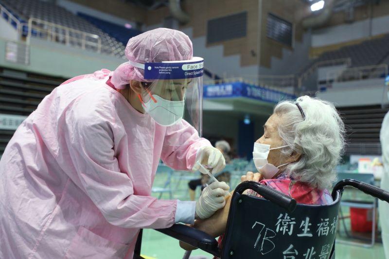 ▲根據指揮中心統計,今(24)日我國又出現34件接種疫苗後死亡不良事件,而目前為止累計解剖26件。(示意圖/NOWnews資料照)
