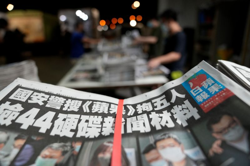 ▲香港蘋果日報3名高層人士在被警方扣留40小時後相繼獲得保釋。圖為壓力之下仍繼續出刊的港蘋。(圖/美聯社/達志影像)
