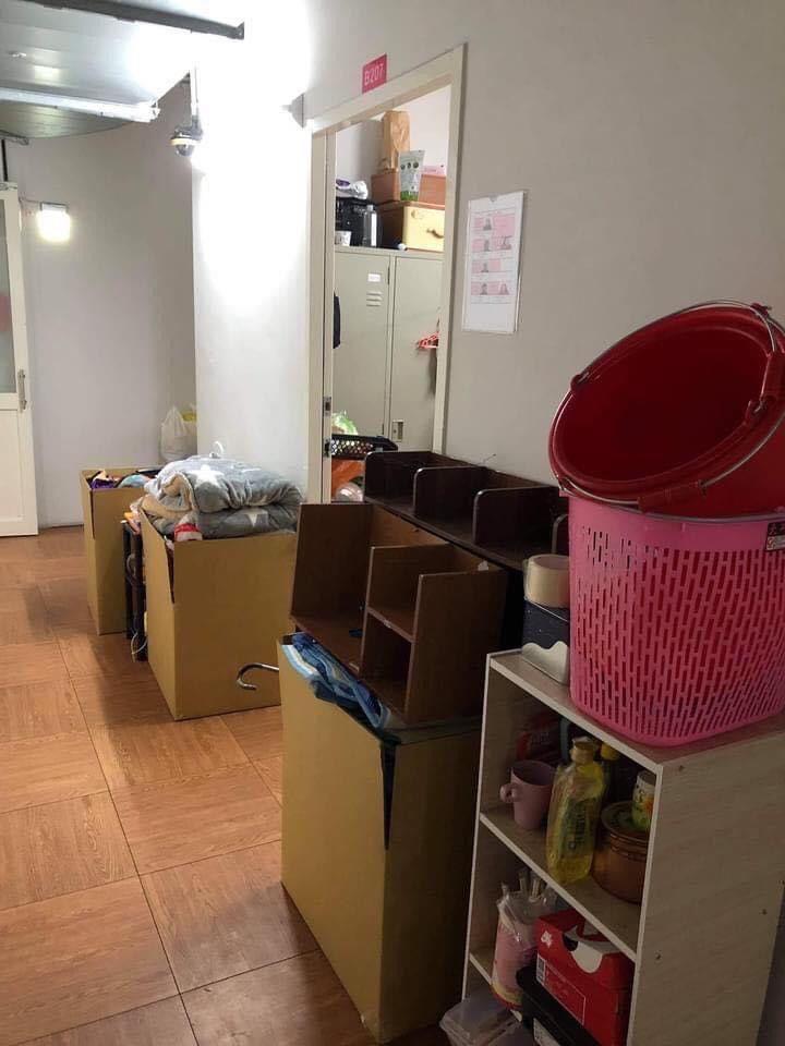 ▲京元電子外籍移工表示,隔離期間遭公司擅自打包私人物品丟在宿舍走廊。(圖/民眾提供)