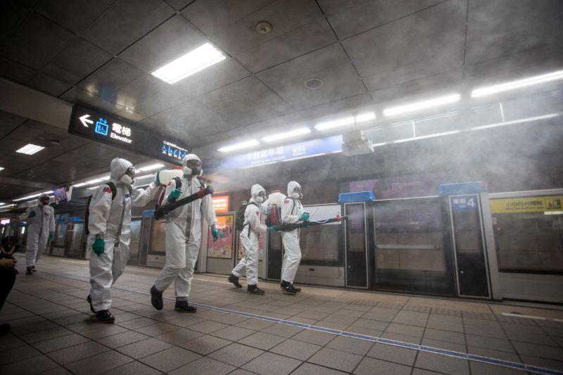 ▲33化學兵群在新冠肺炎疫情中,使用新款的「氣體消毒機」於捷運站月台及周邊清消。(圖/軍聞社提供)